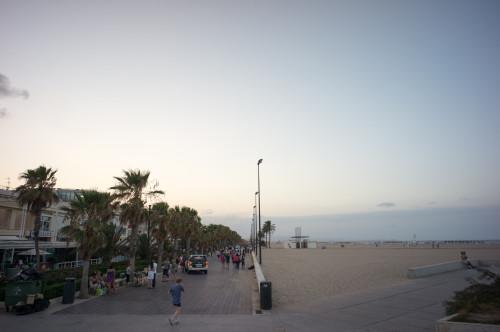 Doar pentru comparație, în planul doi, plaja foarte întinsă și luuuuungăăăă