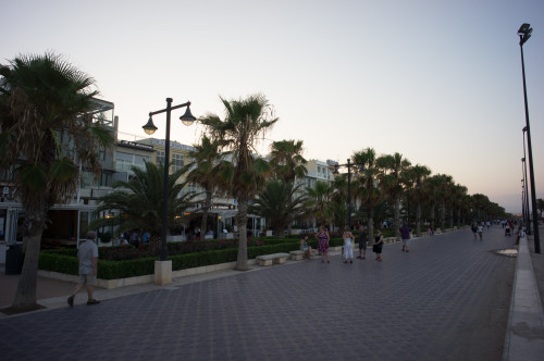 Pietonala de lângă plajă