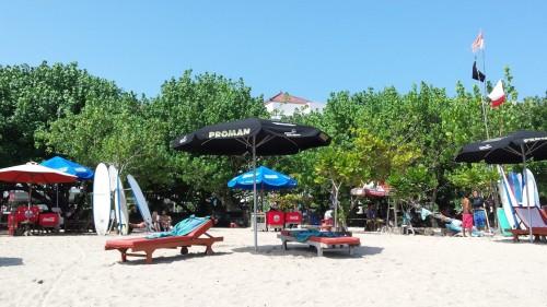 Poți să închiriezi placă de surf și echipament, direct de pe plajă