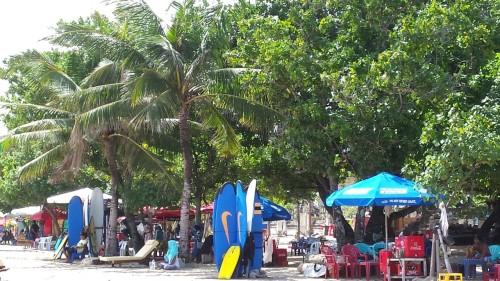 Comerț intens pe plajă. Totul se negociază. Inclusiv prețul la șezlong sau la cursurile de surf.