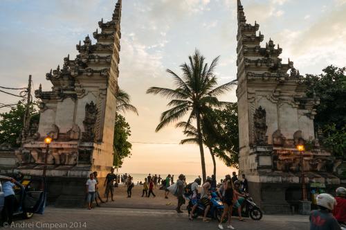 Kuta, Bali: una din multele intrări pe plajă. Ce bine arată, nu?