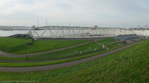 Ecluzele Maeslant, în apropierea portului Rotterdam