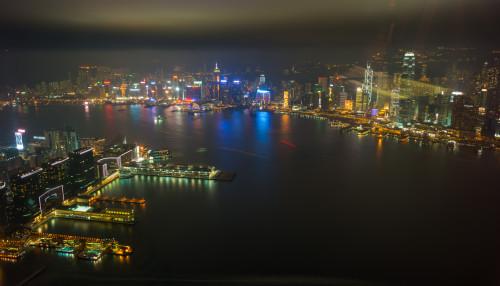 Dreapta, insula Hong Kong, stânga, Kowloon  (vedere din IFC)