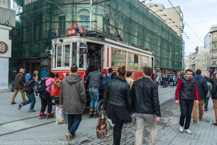 Vechiul tramvai, folosit acum în scop turistic, de pe Istiklal Caddesi