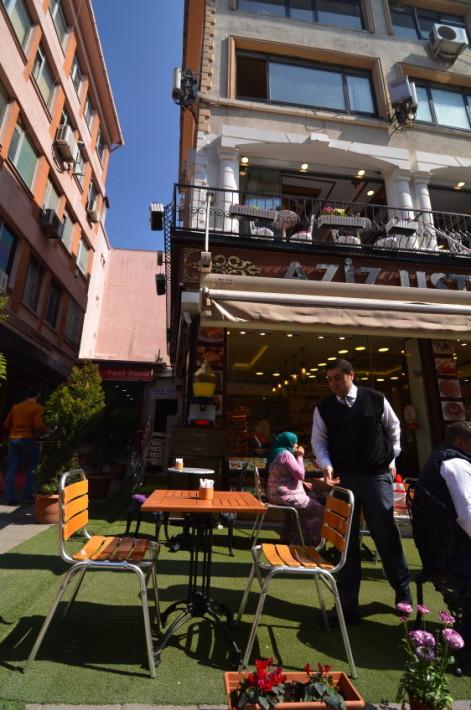 În apropierea intersecției cu strada principală, sunt și câteva restaurante drăguțe