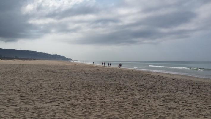 Plaja la final de după-masă înnorată
