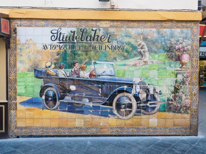 la plimbare pe Calle Tetuan: un anunț (reclamă la automobilele Studebaker) făcut din ceramică și datând din 1924.