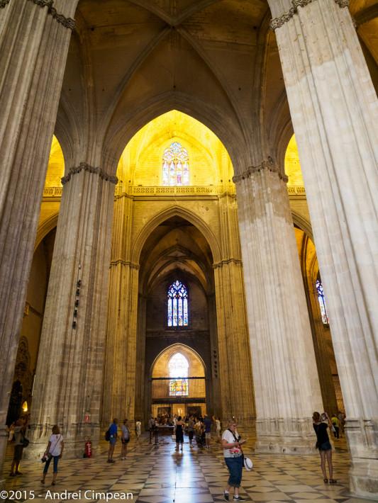 interiorul Catedralei din Sevilla