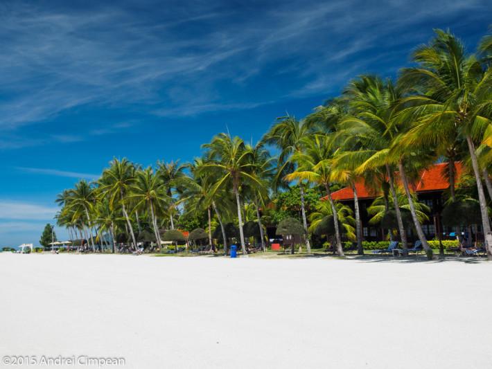 plaja din fața resortului nu e privată, așadar poți să stai liniștit aici