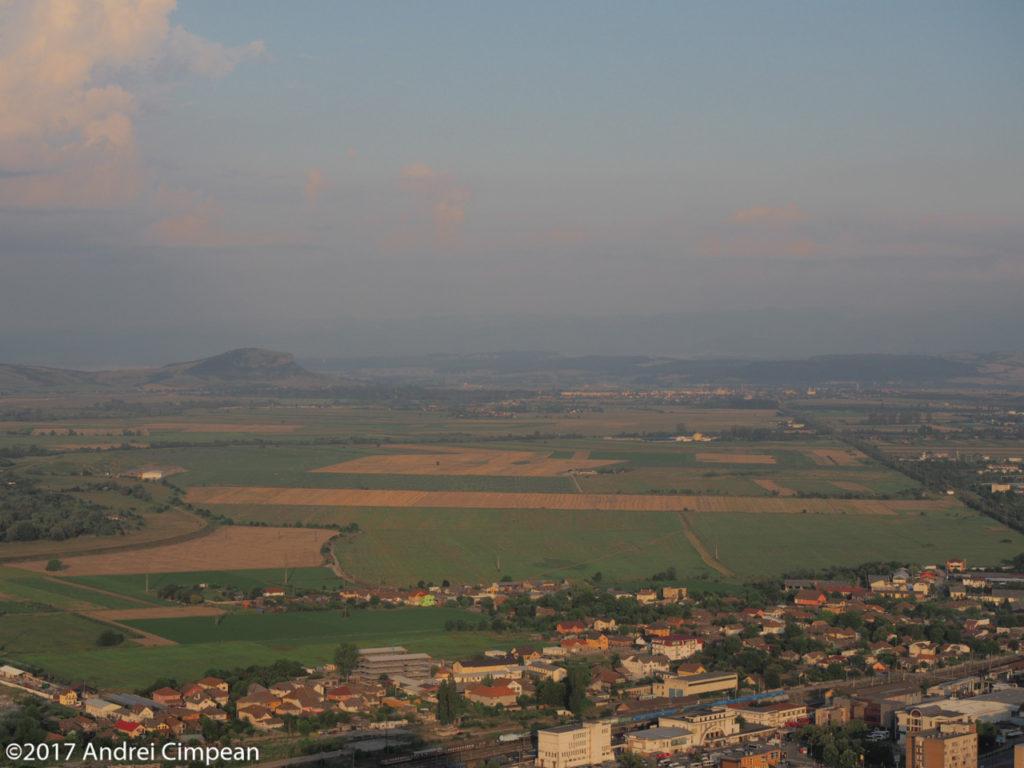 valea Mureșului între Deva și Simeria, cu Măgura Uroiului în fundal (partea stângă)