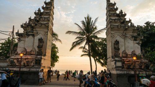 Kuta (Bali), nebunia și plajele cu surferi
